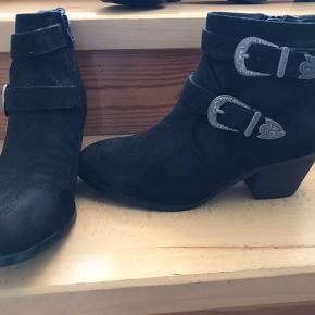 Super flotte sorte støvler med spænde  Str 39  Aldrig brugt  Flot til sommer med bare ben ☀️