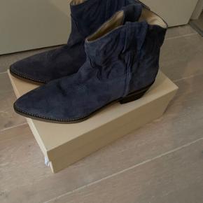Super fed denim blå støvle fra ivylee Copenhagen.  Brugt en gang.  Super pasform.  Ny pris 2200kr.  Kom med bud.