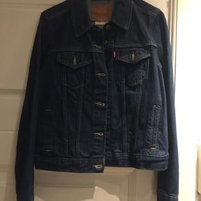 Super fin denim jakke fra Levi's i rigtig god stand. Str L men lidt lille i størrelsen.