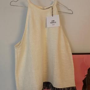 Helt ubrugt hvid top fra Zara, stadig med prismærke. Sælges da jeg desværre ikke kunne passe den 😊 Jeg bytter ikke.