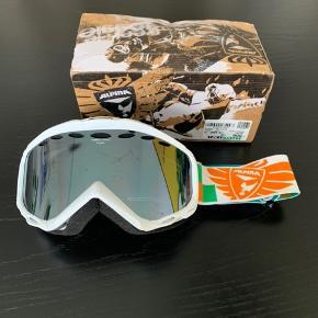 Skibrille fra alpina, der er enkelte små ridser i glasset, som man kan se på billedet, men ikke noget man lægger mærke til når man har dem på.  Nypris var 900kr   Gratis fragt i dag!!