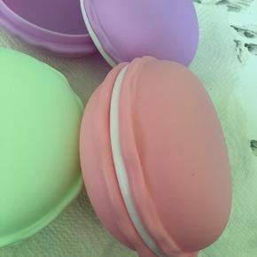 Æske til opbevaring af smykker eller tabletter eller hvad man nu finder på. På størrelse med en lille burger bolle. De i plast.
