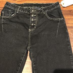 Brand: Maryley Varetype: Jeans Størrelse: S/42 Farve: Sort Oprindelig købspris: 999 kr. Denne vare er designet af mig selv.  Fedeste Maryley jeans med spec. strækstof på bagsiden således at de sidder perfekt uden at stramme.  Livvidde 37 cm. (Svarer til en str. M vil jeg mene)  Bytter ikke