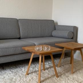 Ny 3 personers sofa fra Sofacompany, ca 6 måneder gammel, næsten ikke brugt og fremstår som ny. Farven hedder Olena Light Grey og benene er i eg 119cm