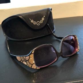 Flotteste håndlavede designer solbriller. Det eneste par i hele Danmark. Disse er med styrke, men kan glassene kan selvfølgelig nemt skiftes ud.  Original etui medfølger.  Nypris 10.000,-