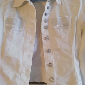 hvid denim jakke med palietter og lommer.25kr