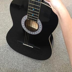 Sælger denne guitar da jeg ikke får den brugt De blå prikker er lavet med neglelak for jeg kunne lærer at spille på den - jeg har fået sat helt nye strenge på og der medfølger en taske🙂  Sælger hvis rette bud :)