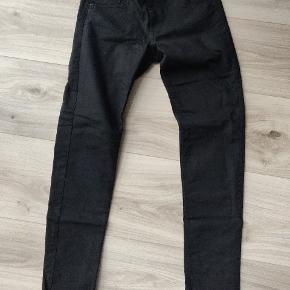 Sorte bukser fra H&M med god pasform.  Der er godt med strech i
