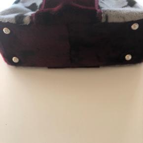 UNIKA - Weekendtaske i sælskind - kan også bruges som almindelig taske. Specialfremstillet. Der er hank på tasken og der medfølger lang skulderstrop der kan justeres i længde. Lukkes med lynlås foroven. MÅL: B: 38 cm, H: 30 cm, D: 14 cm  Nypris kr. 2.900,-  Sælges for kr. 1.500,- plus porto eller afhentet i Odense S. Bytter ikke.
