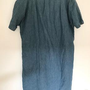 Kjole lavet af 100% bomuld. Den står som ny og fejler intet. Kommer fra røgfrit hjem. Sender gerne.