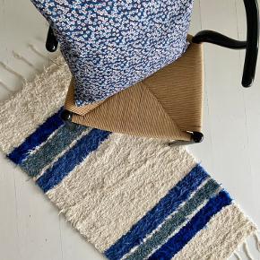 Nyt i skøn blå farve. Lavet af genbrugsmaterialer. Fra Spanien. Tæppet kan vendes, så begge sider kan bruges. Kan vaskes på 30 grader. Forsendelse 50 kr.   Se mine øvrige tæpper på andre annoncer