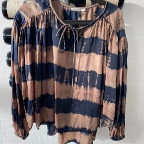 Mes Demoiselles Bluse, Næsten som ny. Korbenhøj - Str 1 - kan passe S+ M. Mes Demoiselles Bluse, Korbenhøj. Næsten som ny, Brugt og vasket et par gange men uden mærker eller skader