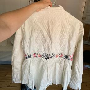 Fin NoaNoa skjorte med blomster broderi. Mp: 200pp. Bytter ikke.