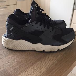 Fede Nike Huarche sneakers  Str 40,5  Størrelsen er meget lille da jeg normalt bruger str 39, og skoen er for små til mine fødder.