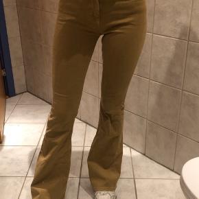 Fede flare bukser i en brunlig farve fra Mango. Byd :) aldrig brugt