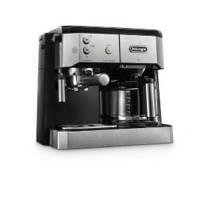 Delonghi espressomaskine / filterkaffemaskine med mælkeskummer, som har to funktioner i én - altså både espresso- og drypkaffefunktion. Den er brugt i ca. et år, men er i rigtig god stand og virker fortræffeligt!   Mærke: Combi BCO421.S  Sælges kun da min nye roomie har haft en anden med😊      Kaffemaskine