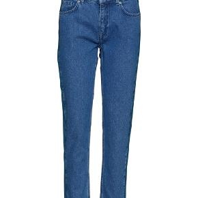 Fine mom jeans fra Minimum str. 25. Desværre for korte til mine ben, så må sælge dem videre da jeg ikke længere kan bytte dem. Jeg er 175 cm høj. Byd gerne, og tjek mine andre annoncer. Giver mængderabat ☀️☀️