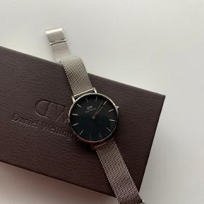 Sælger dette fine Daniel Wellington ur i 32mm. Uret er pænt og velholdt og har ingen ridser eller lign. På skærmen