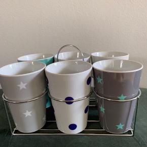 Grafisk mønstret krussæt med 6 kopper med holder. 0,35 liter. Aldrig brugt.  Sender ikke: Kan afhentes på Frederiksberg eller i Greve.