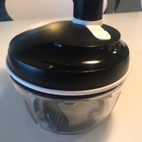 """Sælger min Tupperware """"chef"""" ( den store ), da jeg kun har brugt den et par gange :-) Perfekt til at hakke/røre dressing mm  Fremstår som ny :-)"""