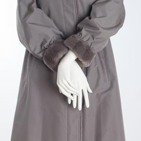 Del mod international - Nino Jollipel dame frakke str 20 - M/L Shell 65% polyester 35% bomuld Lining 100% viscose Næsten som ny 450.- Måler: Længde: 110 cm Skulderbredde: 43 cm Udvendig overarmsvidde: 2x29 cm Brystvidde: 2x60 cm