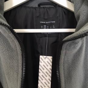 Sælger denne helt nye urban outfitters vinterjakke, da den desværre er for stor til mig. Er en størrelse small. Købt for 860kr Sælges for 550kr inkl fragt. Retro, vintage