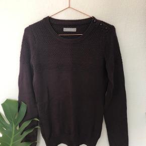Flot uldsweater (50% uld, 50% akryl) fra Samsøe Samsøe. Farven er et sted mellem bordeaux og blommefarvet. Afhentes i Lyngby eller køber betaler fragt :-)