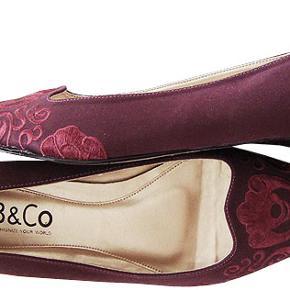 Flot satinsko fra B&Co i str 40, indvendig længde Ca. 27,2 cm, hælhøjde ca 2 cm. Skoen er brugt nogle gange og i meget fin stand.  Porto 37 kr