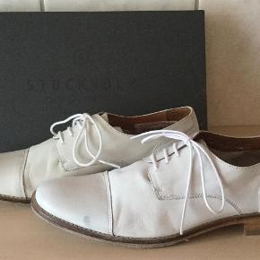 Brand: Stockholm Design Varetype: Sko Farve: Se billede Oprindelig købspris: 1199 kr. Prisen angivet er inklusiv forsendelse.  Super flotte sko, aldrig brugt kun prøvet på. Lille plet i skindet, ikke noget man ligger mærke til når skoen er på, men skal dog nævnes.  Sendes i tilhørende æske