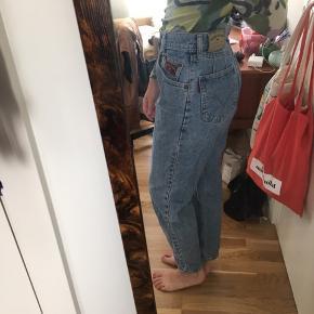 Vintage mom jeans i rigtig fin stand. Sælges kun da de desværre er blevet for store til mig. Er selv en str 26 i jeans så de er nok cirka en 27 eller 28. Passer godt hvis man har en lille talje og lidt støre bagdel/hofter