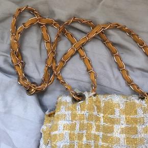 Super sød taske. Ved ikke hvad mærket er og det kan heller ikke ses inde i tasken🔆
