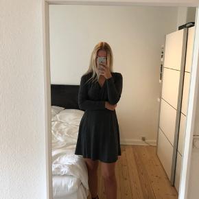 Mørkegrå slå-on-look kjole. Man får en super flot talje og figur i denne model :-)