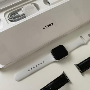 Apple Watch Series 4 i sølv alu. 40mm version uden LTE. Købt Oktober i Elgiganten, kvittering medfølger. Sort læderrem fra Dbramante1928, hvid sportsrem fra Apple, samt oplader medfølger også.