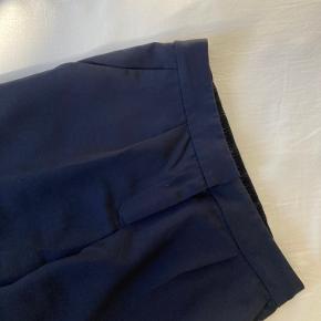 Flotte mørkeblå slacks. Med side lommer og paspoleret lomme.