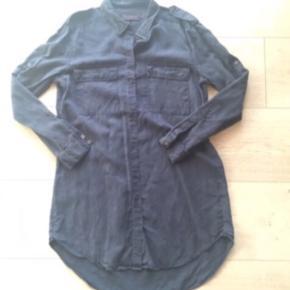 Skøn lang navy skjorte / skjortekjole fra Pieszak i den lækreste kvalitet af 100 % tencel. Brugt, men i fin stand uden huller eller pletter. Nypris 699,-