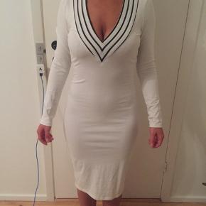 Stram hvid kjole med dyb v-udskæring.  Flere billeder kan fåes over beskeder.  📌Returneres og byttes ikke. 📌Forsendelse betales af modtager.  📌Fra dyrefrit hjem.  📌Tjek min profil ud for, at se flere flotte styles.