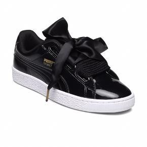 Blanke sneakers med lange snørebånd til sløjfe fra Adidas.   Brugt meget lidt.
