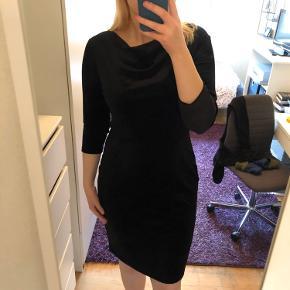 Helt ny sort velour kjole fra H&M i str. L.  Den er kun prøvet på, men ikke brugt. Prismærket sidder stadig på.  Sidder rigtig flot på en kurvet krop 😃  Afhentes i Hellerup eller sendes med DAO 🌸