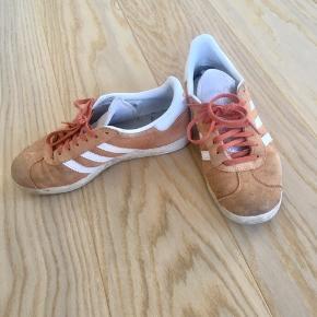 Fede orange Adidas sneaks i str 38,5. Sælges da jeg ikke længere får dem brugt. Prisen er ekskl fragt - byd gerne! :)