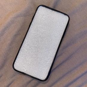 IPhone xs/s cover i læderagtigt bagside og hård gummi/silikone kant rundt. Beskytter hele vejen rundt.  Aldrig brugt.  Sendes på købers regning eller afhentes i Viby J/Aarhus C