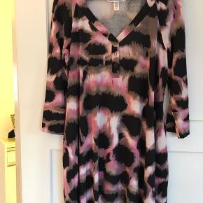 Tunika/kjole med trekvart lang ærme i 100% silke. Str 14 US.
