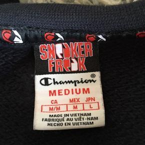 Champion X Sneaker Freak Kollektion  Lækker Champion Sweatshirt fra en udgået kollektion. Trøjen er egentlig en mandemodel, men vil nok selv betegne det som UNISEX, hvilket også er derfor jeg har taget et billede af den på.   Trøjen er næsten som ny og meget lidt brugt.