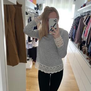 Trøje med blonder Brugt et par gange   Tjek mine andre annoncer ud☺️ Jeg sælger en masse forskelligt tøj, sko og tasker.  Der gives mængderabat🌸