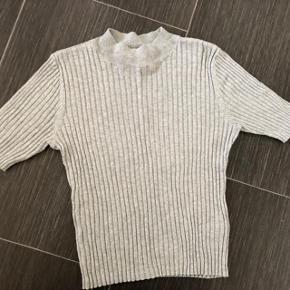 Super udsalg.... Jeg har ryddet ud i klædeskabet og fundet en masse flotte ting som sælges billigt, finder du flere ting, giver jeg gerne et godt tilbud..............  *Smart Monki bluse 🌸 ny aldrig brugt