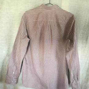 Skjorte fra Peak Performance.  Style ERICBDPOPS Farve: Rød - hvid - brun Oprindelig købspris: 800 kr. Lånt fra nettet : SKJORTE I ENESTÅENDE DESIGN OG FANTASTISK KVALITET Eric herre skjorte - rød fra Peak Performance er designet i den mest udsøgte kvalitet med omtanke for den maskuline anatomi, og med en smart komfort. Det unikke funktionelle design gør Eric herre skjorte - rød til en skjorte der kan bruges hele året, med bare arme i sommerens varme, og under en skøn pull-over om vinteren. Peak Performance er kendt for sin optimale kvalitet til stærke priser hvor alle kan være med. Aldrig brugt - vasket og strøget efter køb.  Sender gerne på købers regning : DAO 39,-