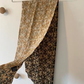 Flyttesalg byd gerne☺️ Condition 8/10 Neckscarf fra MISSONI Længde: 174 cm Bredde: 26 cm  Smart Silke tørklæde med få brugstegn.