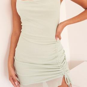 """Sælger mine fine kjoler med prismærke i, hvilket vil sige den aldrig har været brugt!  Jeg har 2 af dem, da jeg ikke lige havde set jeg kom til at købe to i stedets for 1.  Kjolerne er i en størrelse small, og sælges kun ved det rette bud.   Nypris var omkring 400kr uden fragt for hver kjole. Og der var så også told oveni De er ikke fra brandy melville.  Hver kjole koster omkring 350kr, men i en hurtig handel kan jeg gå med til 250kr  OBS: hvis du benytter """"køb nu"""" gælder købet kun for 1 kjole og ikke for begge!  Tags: brandy melville Pretty little thing PLT prettylittlething hm Envii"""