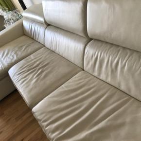 SEVALA Yderst fin, beige læder sofa med chaiselong til 6 personer. Hovedstøtte som kan ændres til to stillinger. Høj kvalitet.