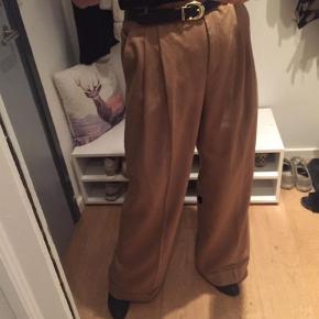 Varetype: Lækre brede bukser i 100 % uld  Farve: Camel Oprindelig købspris: 1900 kr.  Så lækre vide bukser style joshua - 100% uld - liv 88 og indv ben 82