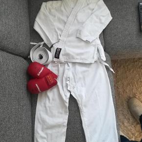 9f9622ce23f7 Brand  Nippon sport Varetype  Karate gi karategi Størrelse  130 140 Farve   Hvid